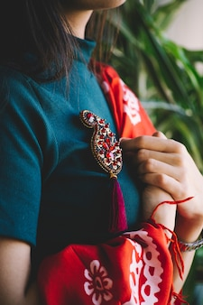 Czerwona biżuteria z kamienia w kształcie buta