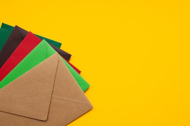 Czerwona, brązowa, zielona koperta, z copyspace, widok z góry