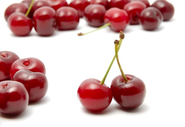 Czerwona dojrzała wiśnia na białym tle