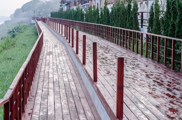 Czerwona drewniana droga w naturze