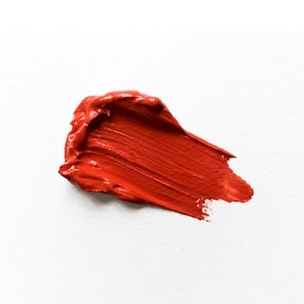 Czerwona farba na białym kanwie zbliżeniu
