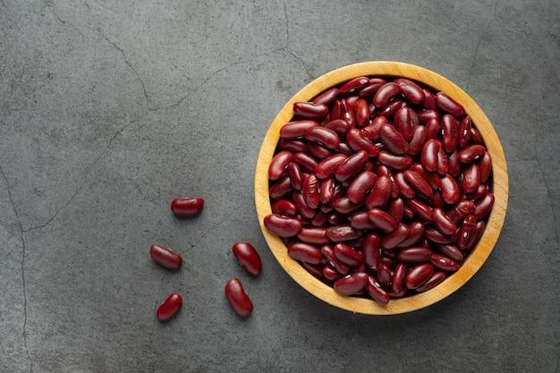 Czerwona fasola w małym drewnianym talerzu