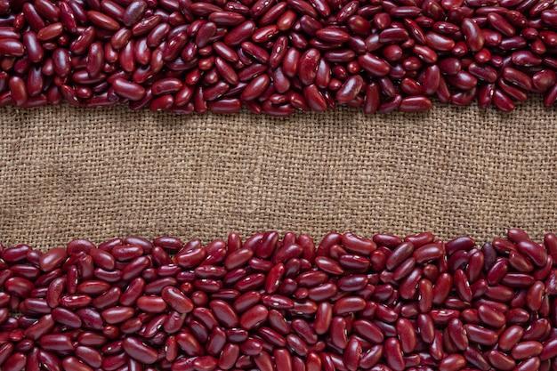 Czerwona fasolowa pasta na brązowej drewnianej podłodze.