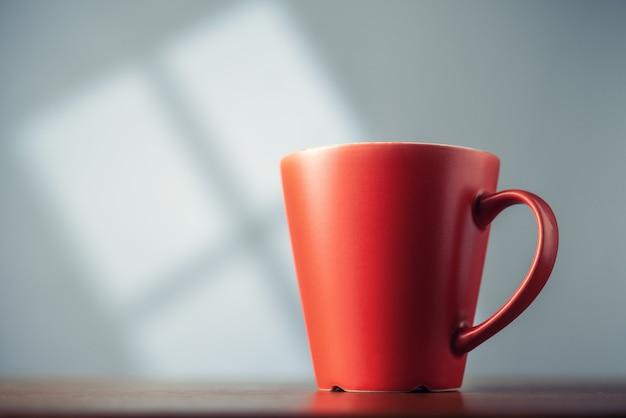 Czerwona filiżanka na stole