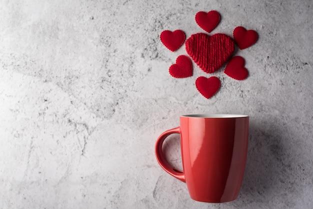 Czerwona filiżanka z sercem, walentynka dnia pojęcie