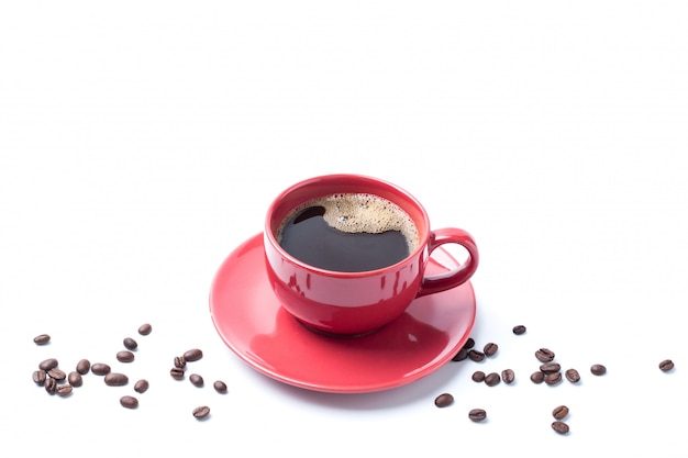 Czerwona filiżanki kawa i kawowa fasola na bielu