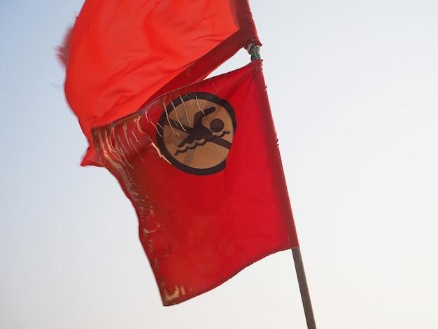Czerwoną flagę dotyczącą zakazu pływania wywołuje zbliżenie wiatru w indiach na wybrzeżu.