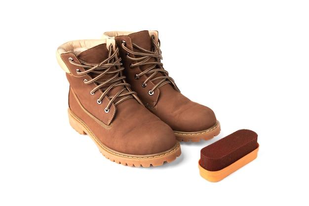 Czerwona gąbka do butów i butów skórzanych