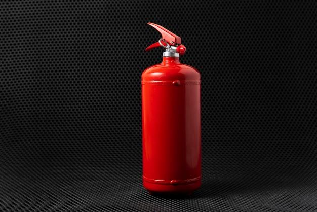 Czerwona gaśnica na białym tle, koncepcja problemu bezpieczeństwa