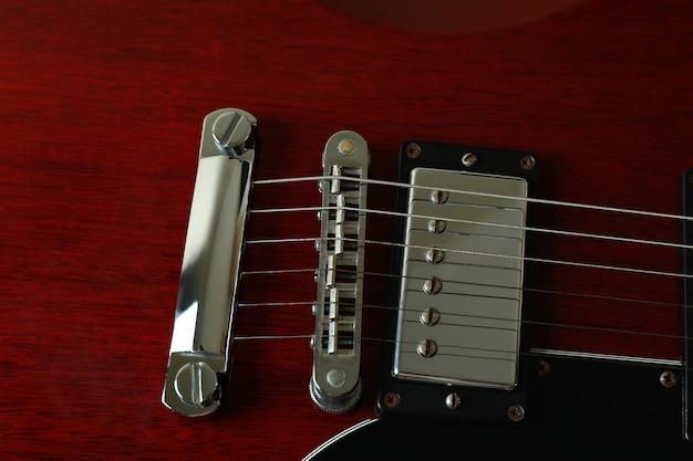 Czerwona gitara elektryczna na całym tle, z bliska.