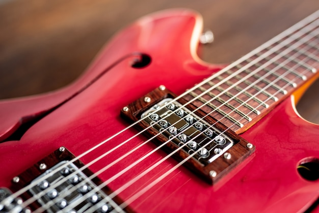 Czerwona gitara elektryczna na drewnianej podłoga