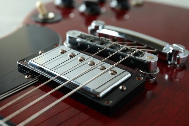 Czerwona gitara elektryczna, zbliżenie i selektywne skupienie
