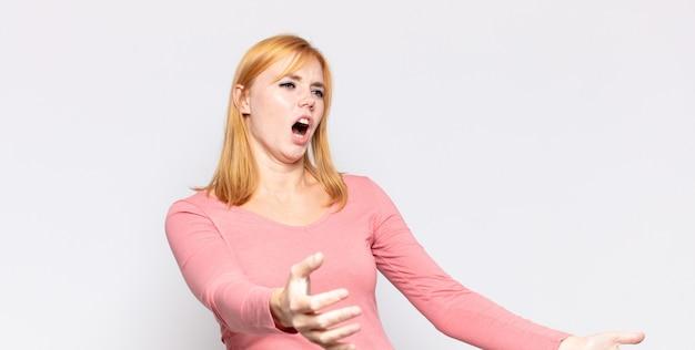Czerwona głowa ładna kobieta wykonuje operę lub śpiewa na koncercie