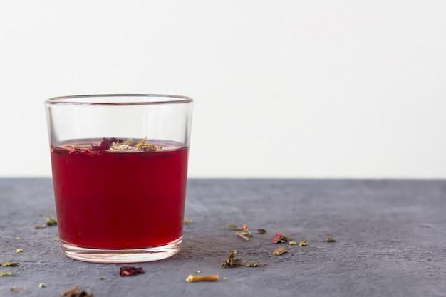 Czerwona herbata z hibiskusa w szklanej filiżance