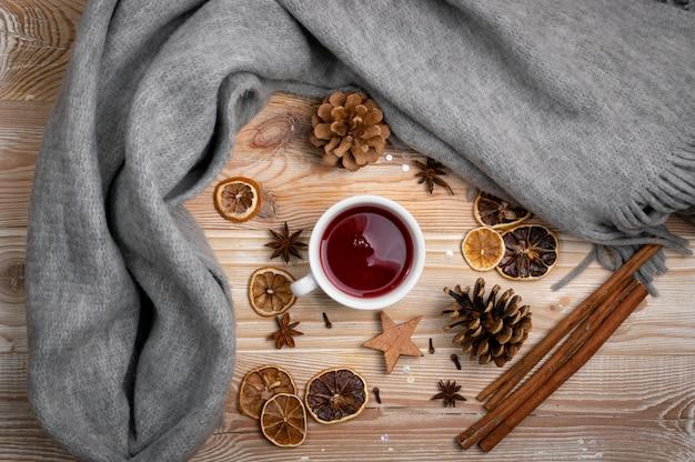 Czerwona herbata zimowa z przyprawami widok z góry