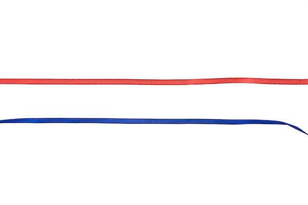 Czerwona i niebieska wstążka na odizolowanej przestrzeni. wysokiej jakości zdjęcie