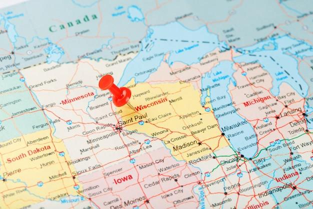 Czerwona igła biurowa na mapie usa, wisconsin i stolicy madison. zamknij mapę wisconsin z czerwonym tack