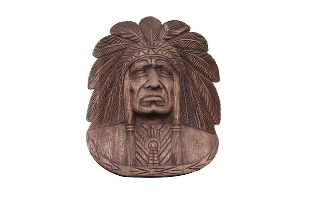 Czerwona indianin głowa rzeźbił z odosobnionym na bielu