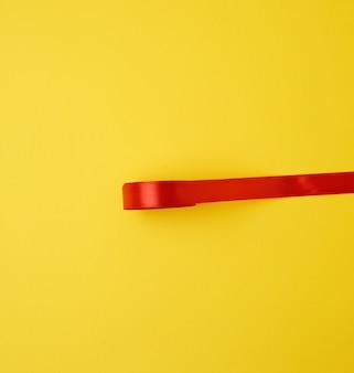 Czerwona jedwabna wstążka na żółto