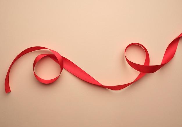 Czerwona jedwabna wstążka skręcona