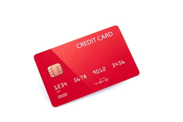 Czerwona karta kredytowa banku na białym tle