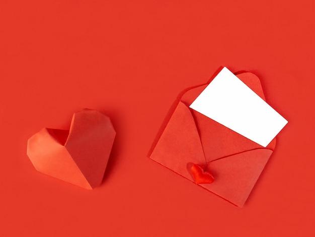 Czerwona koperta papierowa z notatką na walentynki na białym