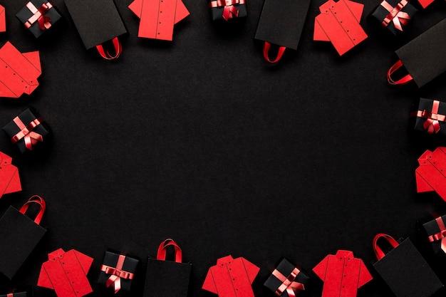 Czerwona koszula i pudełka na prezenty kopia przestrzeń
