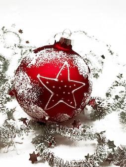 Czerwona kula bombka ze srebrnym świecidełkiem