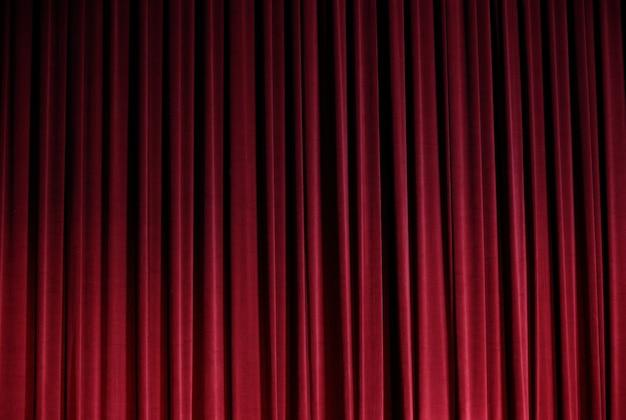 Czerwona kurtyna zamknięta, zanim dramat teatralny rozpocznie się w tle