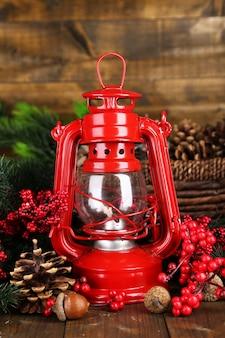 Czerwona lampa naftowa na drewnianym stole na drewnianym stole