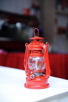 Czerwona lampa naftowa na stole