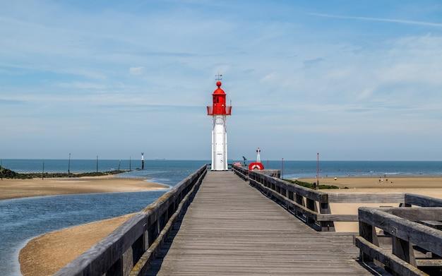 Czerwona latarnia morska w słynnym kurorcie trouvillesurmer w normandii we francji