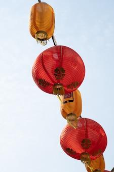 Czerwona latarnia wisząca na przewodzie zasilającym