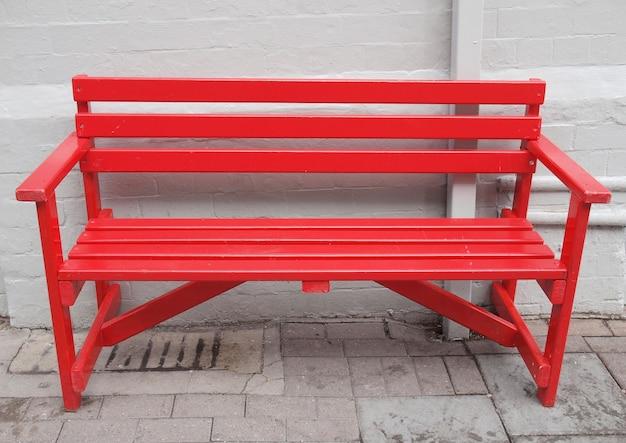 Czerwona ławka na zewnątrz