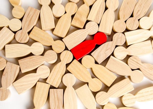 Czerwona ludzka postać wśród wielu innych ludzi. pojęcie wyszukiwania pracowników