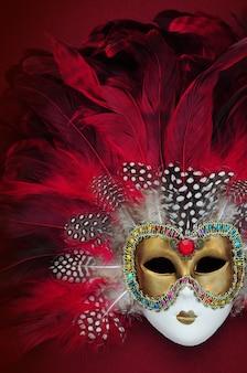 Czerwona maska karnawałowa z piórami