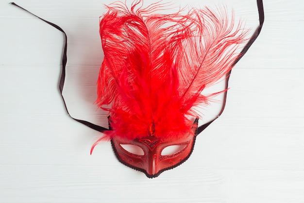 Czerwona maska z piórami