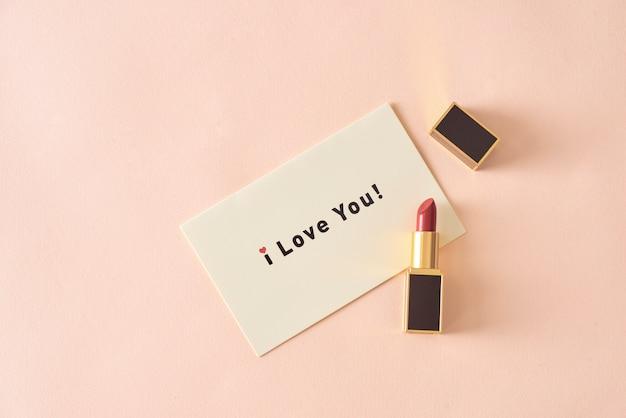 Czerwona matowa szminka i kartka papieru