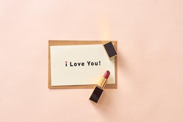 Czerwona matowa szminka i notatka kocham cię