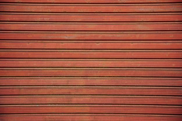 Czerwona metalowa brama rolowana
