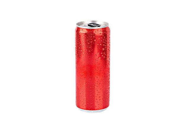 Czerwona metalowa puszka z kroplami wody izoluje