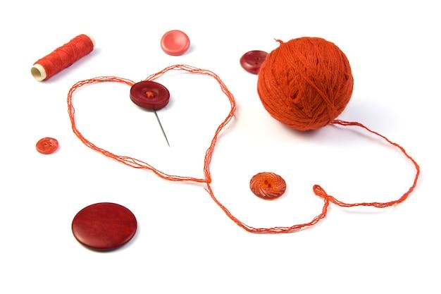 Czerwona nić z atrybutami w kształcie serca