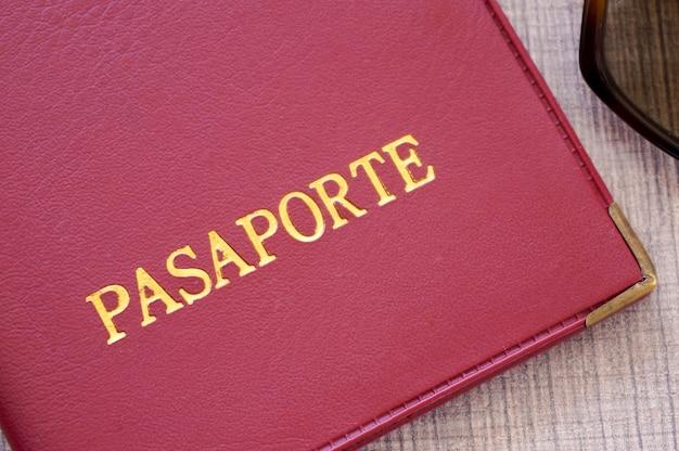 Czerwona okładka paszportu ze złotymi literami w języku hiszpańskim