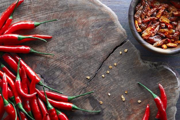 Czerwona ostra papryka chili, świeże i suche przyprawy.