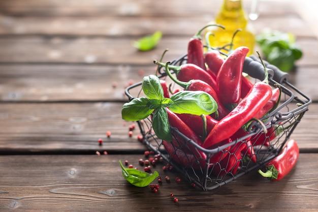 Czerwona ostra papryka jako składnik wegetariańskiej przekąski harissa. tradycyjna domowa adiika kuchni tunezyjskiej i arabskiej.