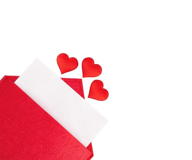 Czerwona otwarta koperta z kartką papieru z sercami na białym tle. walentynki koncepcja wakacji i notatki miłosne,