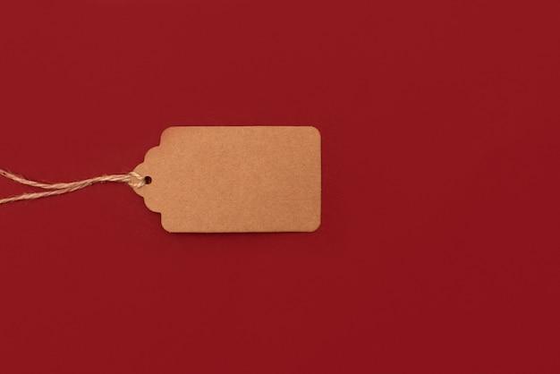 Czerwona papierowa etykieta z napisem na ciemnoszarym tle