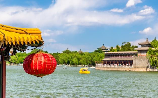 Czerwona papierowa latarnia w beihai park - pekin, chiny