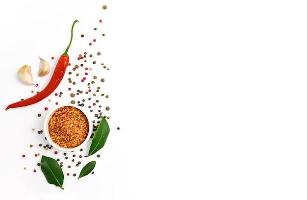Czerwona papryczka chili, czosnek, liść laurowy i różne przyprawy