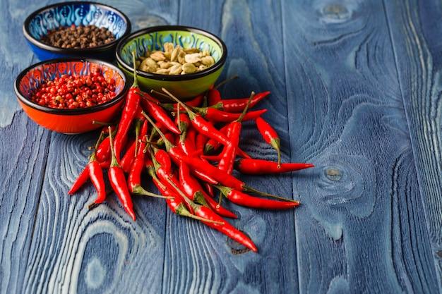 Czerwona papryczka chili i inne przyprawy